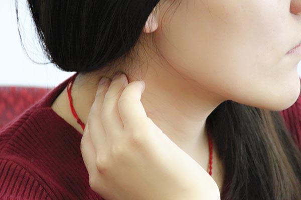 脖子上的小肉粒是什麼東西?不疼不癢的,能不能用手摳掉?早了解