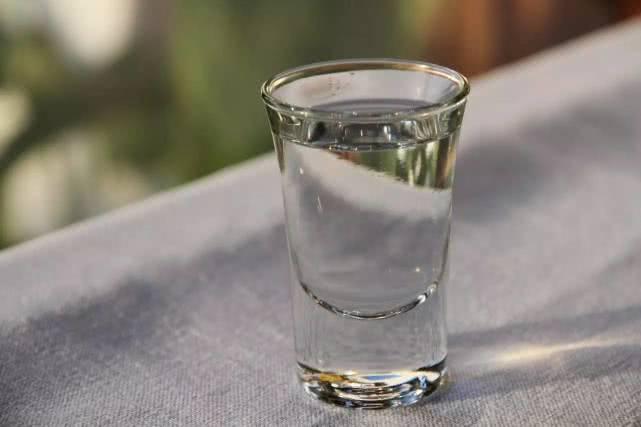 尿酸偏高不要慌,多喝2水,常吃3果,尿酸慢慢降下來 !