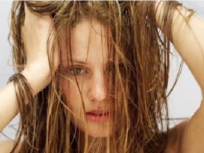 頭髮跟臉上經常出油,是怎麼回事?很有可能是脂溢性皮炎,要注意