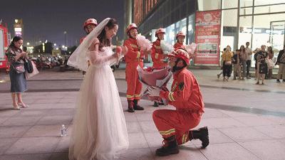 男友沒空娶我!女友披婚紗「跨越400公里求婚」 男友轉頭哭了「當場跪地」:真的很對不起