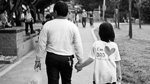 打了爸爸…她曝叛逆事跡至今超後悔。網友全奉勸「回家吧」不要有一天後悔陪他們的時間太少。